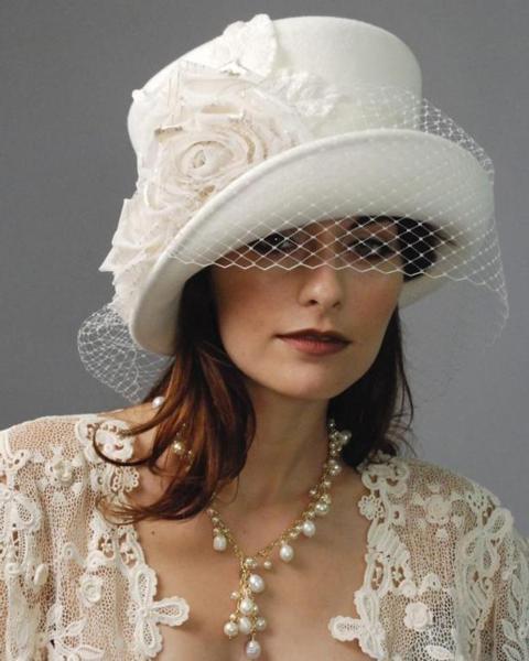 الفيونكات والورود والقبعات احدث اتجاهات الموضة بدلا من طرحة العروسة
