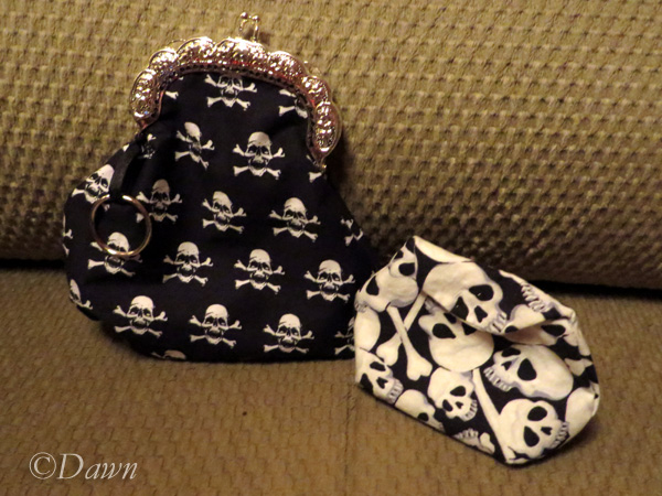 Kiss-clasp coin purse and skull-print coin purse