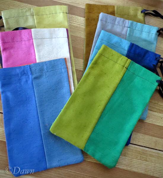 7 4-colour linen-look drawstring bags