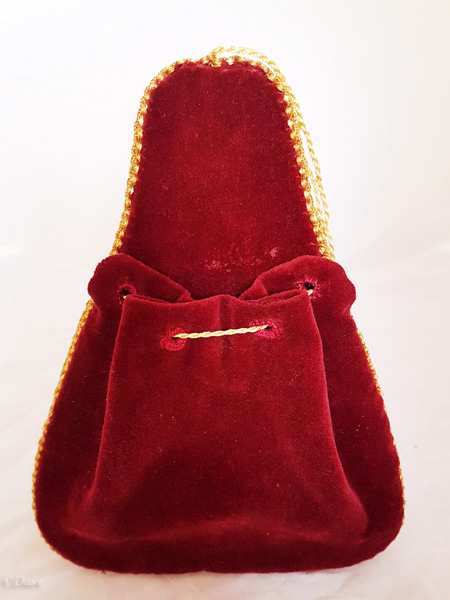 Back of the complete red velvet lute-shaped purse.