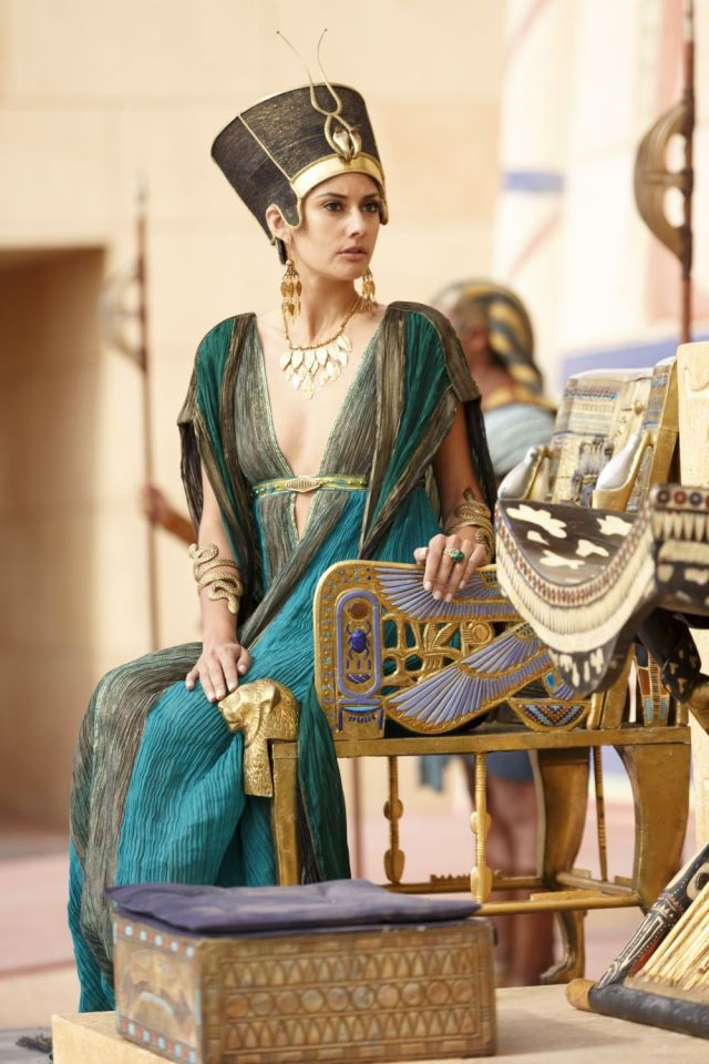 Queen Ankhe's teal outfit from the miniseries Tut