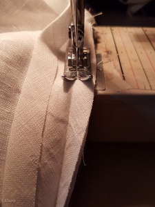 Sewing self-fabric linen bias tape to the fourth horned hennin